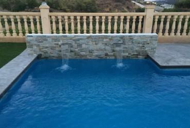 Piscina rectangular con cañones de agua