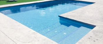 Piscina rectangular 8×4 con escalera lateral.