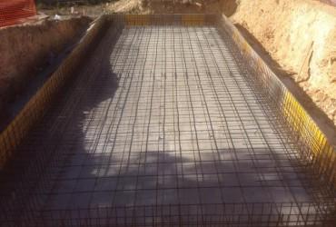 Piscina rectangular de 10×5 con desbordante.